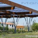 struttura per pannelli fotovoltaici. pilastri in acciaio zincato e travi in legno lamellare