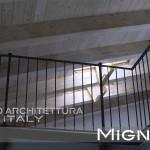 scala in acciaio per il collegamento alla mansarda nella ristrutturazione di un appartamento. detail balaustra in acciaio nel sottotetto