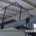 scala in acciaio per il collegamento alla mansarda nella ristrutturazione di un appartamento. detail balaustra in acciaio nel sottotetto e collegamento strutturale