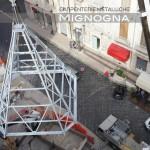 la guglia in acciaio zincato a caldo montata a terra e sollevata a copertura della torre campanaria
