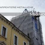 la struttura in acciaio zincato a caldo della guglia in fase di montaggio vista dalla piazza