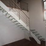 scala ad L in acciaio lamiera nera verniciata color bianco, gradini vetro, ringhiera elegante e corrimano inox