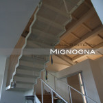 scala in acciaio. dettaglio gradini in lamiera microforata.