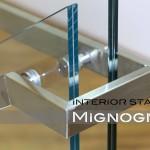 dettagli ringhiera vetro e acciaio inox della scala a giorno con struttura in acciaio rivestita in legno. finiture in vetro e inox