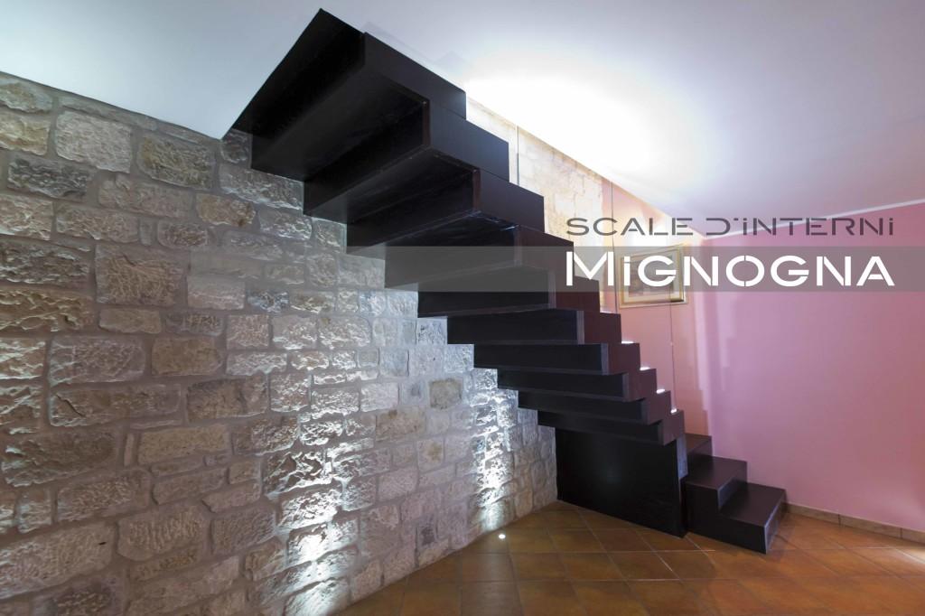 Elegant vista intradosso rivestito in legno della scala a - Scale a parete ...