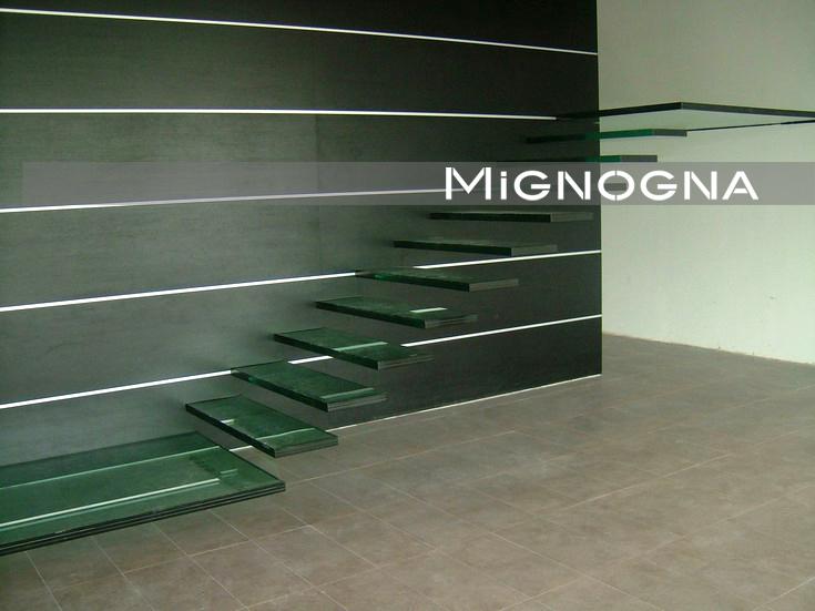 scala a sbalzo in vetro e struttura portante in acciaio rivestita in legno e acciaio inox