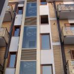 ascensore esterno al condominio , gabbia ascensore in acciaio rivestita in alluminio e vetro
