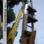 fase di montaggio del campanile in acciaio corten