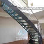 scala in acciaio retail, gradini in vetro con inserti in seta, schizzo progettuale aggancio gradino inox bullonato ai cosciali