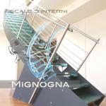 scala in acciaio cosciali in lemiera nera, gradini in vetro con inserti in seta, detail e schizzo progettuale curvatura della salita