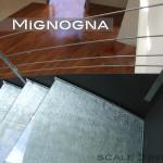 scala in acciaio cosciali in lemiera nera, gradini in vetro con inserti in seta, vista sbarco al piano