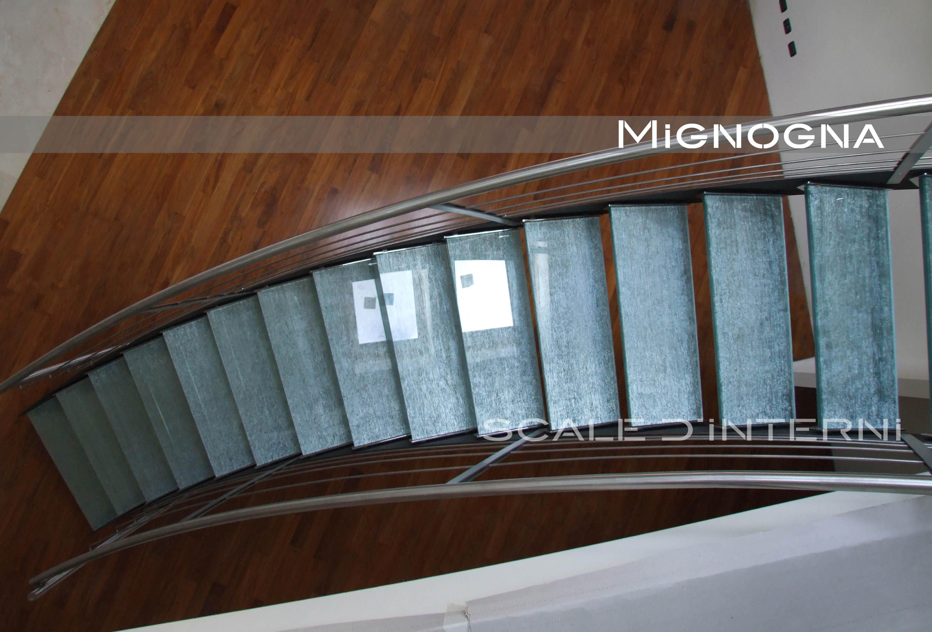 scala in acciaio cosciali in lemiera nera, gradini in vetro con inserti in seta, vista dall'alto