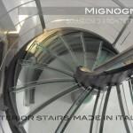 gradini in acciaio e vetro disegnati con motivo di coda d'aragosta