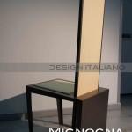 particolare del retro della sedia, base in alluminio, schienale interamente rivestito in pelle di cammello intrecciata color champagne