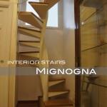 scala romantica in acciaio sagomato verniciato, gradini in legno, finiture inox