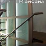 scala acciaio naturale e moderno, totem vetro illuminato corrimano inox