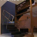 scala in acciaio al carbonio - totem libreria con pixel in corteo - ringhiera acciaio inox