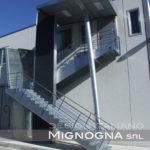 scala per esterno con tettoia, struttura in acciaio zincato, setto in lamiera microforata, setto in pannello sandwich